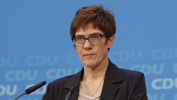 cdu-generalsekretaerin-annegret-kramp-karrenbauer-sie-hofft-auf-bessere-integration-von-fluechtlingen-durch-ein-allgemeines-dienstjahr-